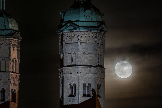 Dom in Naumburg mit Vollmond