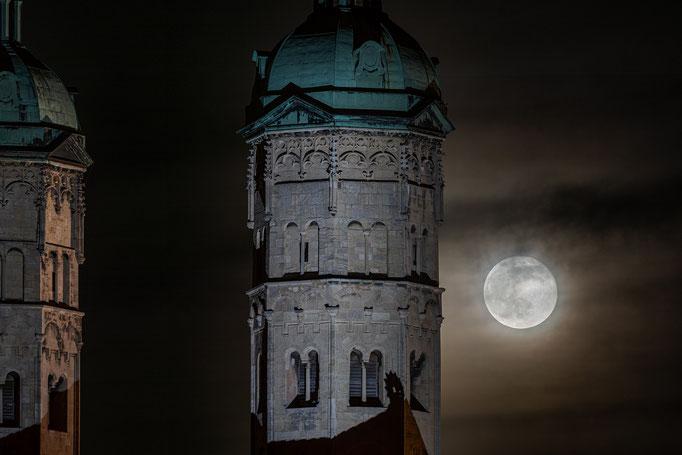 Dom in Naumburg mit Vollmond