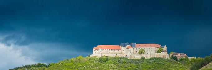 Schloss Neuenburg in Freyburg (Unstrut) unter einer Gewitterwolke - Panorama