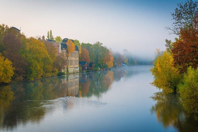 Freyberg Brauerei und Saale mit Nebel im Herbst