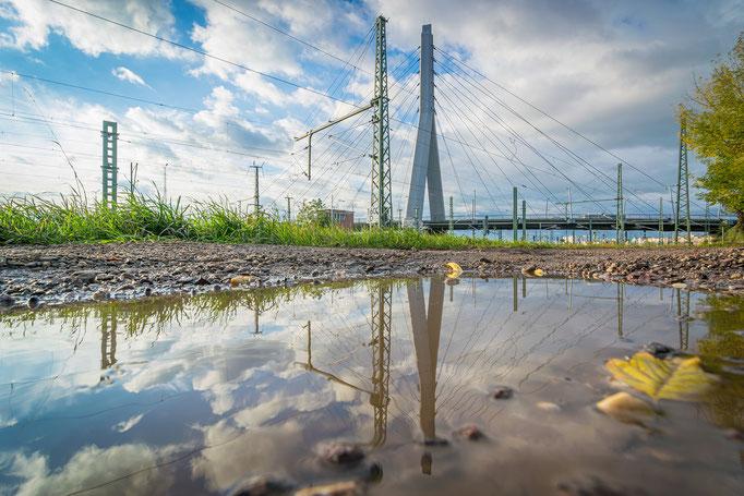 Berliner Brücke spiegelt sich auf einer Pfütze