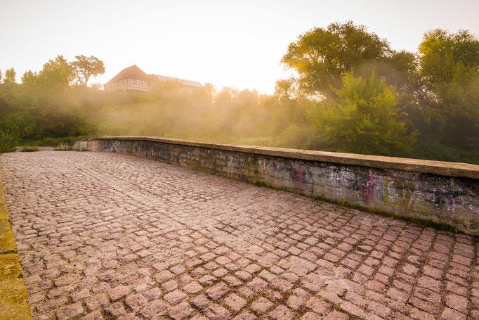 Schafbrücke im Sonnenaufgang mit Nebel