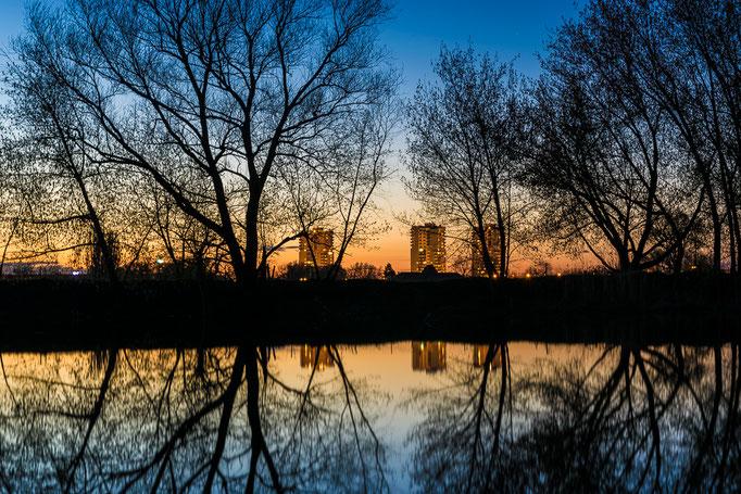 Hochhäuser am Rennbahnring an einem Abend im Winter