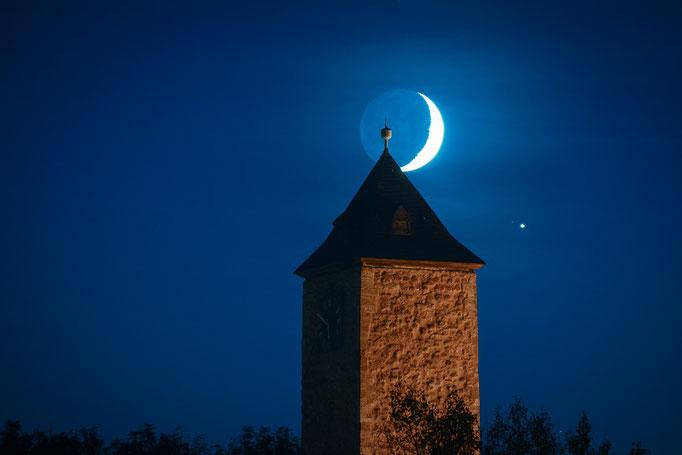 Mondsichel und Jupiter über Burg Giebichenstein
