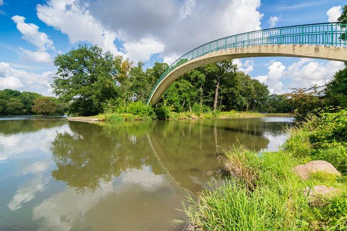 """Brücke """"Katzenbuckel"""" zur Halbinsel Forstwerder im Sommer"""