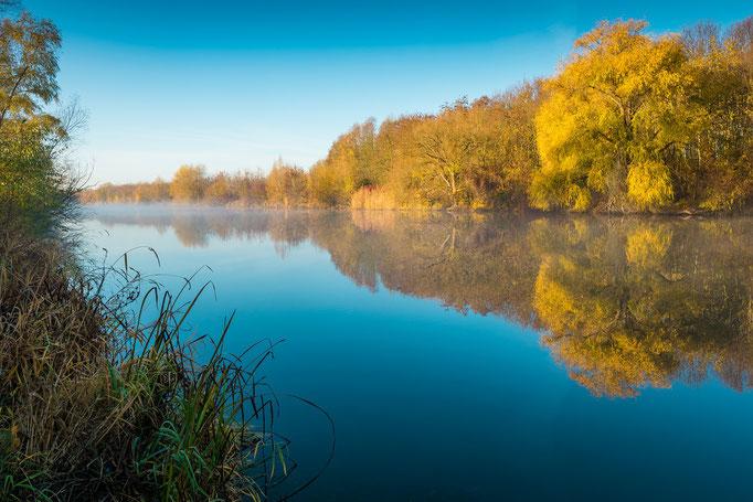Sonnenaufgang am Kanal im Herbst