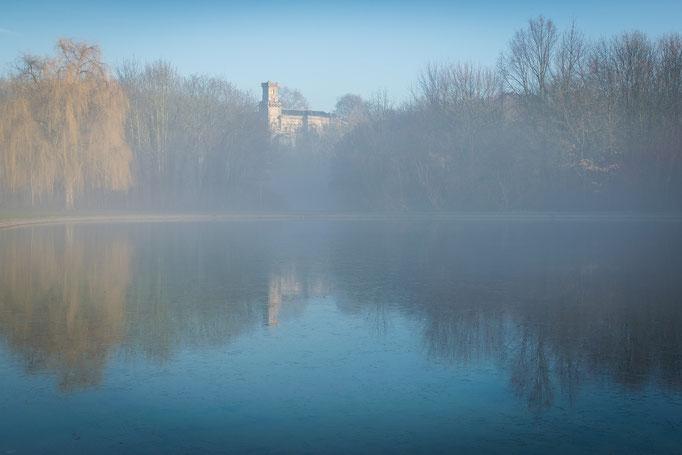 Nebel über der Fontäne im Winter