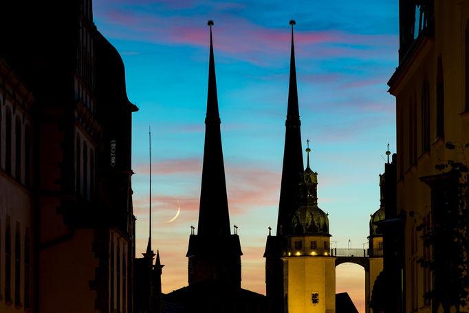 Marienkirche mit Mondsichel am Abend