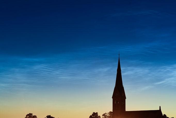 Leuchtende Nachtwolken (noctilucent clouds) über der Johanneskirche