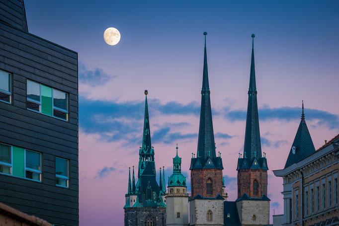 Mond über den Türmen der Stadt