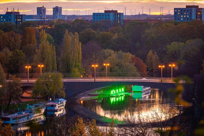 Kröllwitzer Brücke und Saale am Abend im Herbst