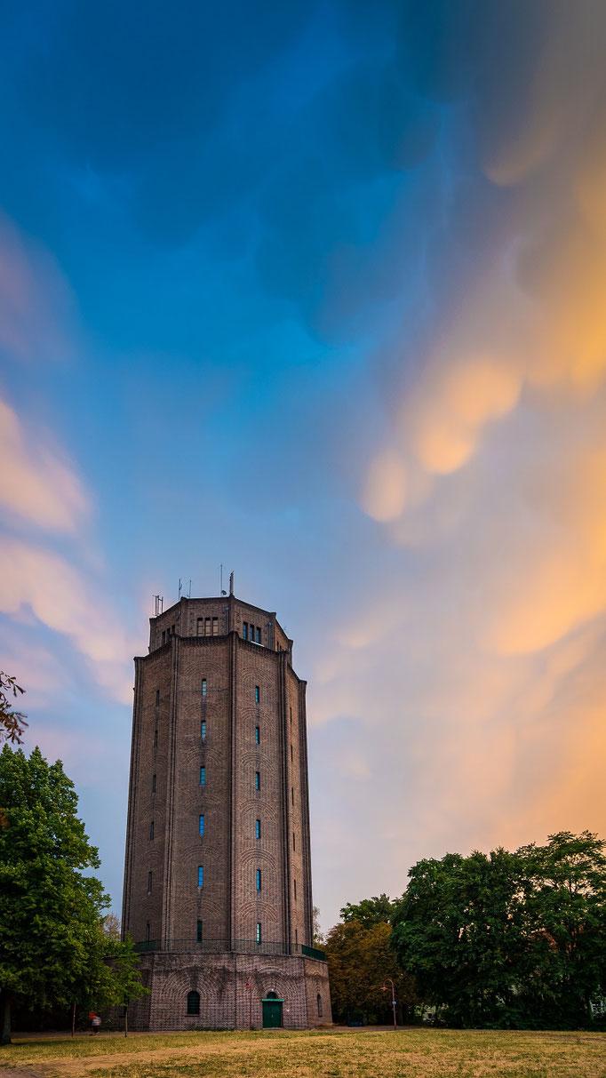 Wasserturm Süd unter Mammatuswolken in der Abenddämmerung
