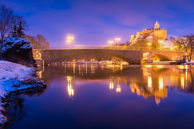 Kröllwitzer Brücke und Burg Giebichenstein zur Blauen Stunde im Winter