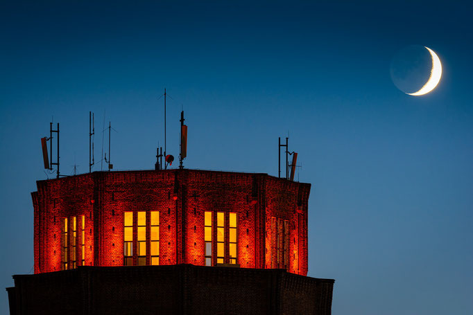 Wasserturm Süd mit Mondsichel am Abend