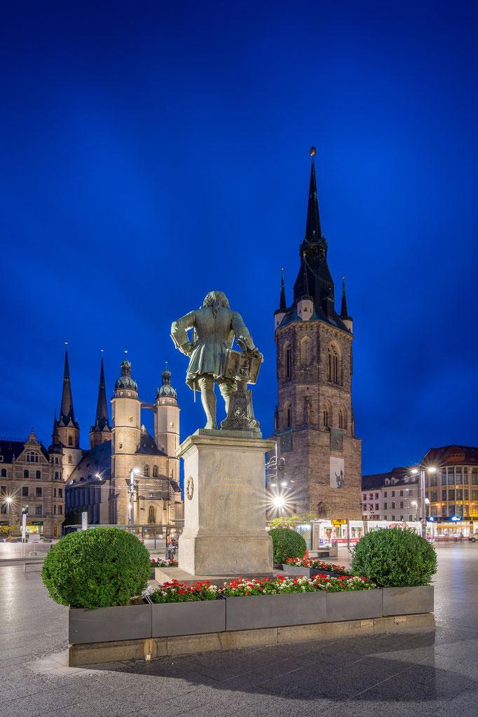 Händel Denkmal mit Marienkirche und Roter Turm am Abend