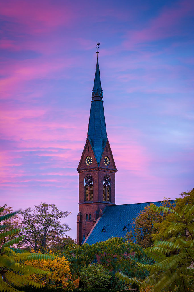 Johanneskirche in der Abenddämmerung