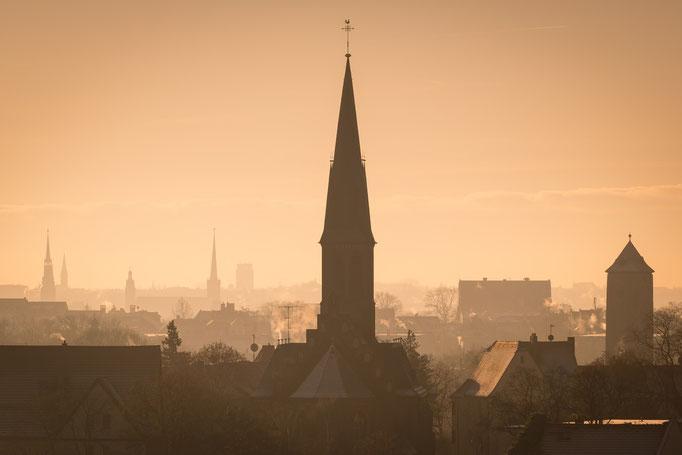 Die Türme der Stadt im Sonnenaufgang