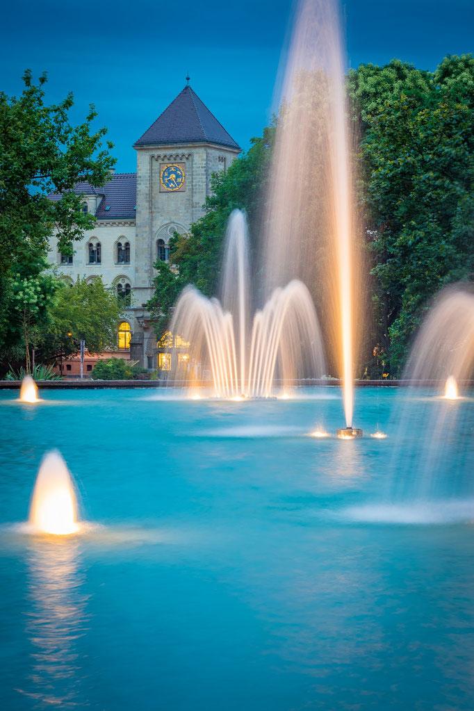 Alte Hauptpost und Brunnen am Joliot-Curie-Platz