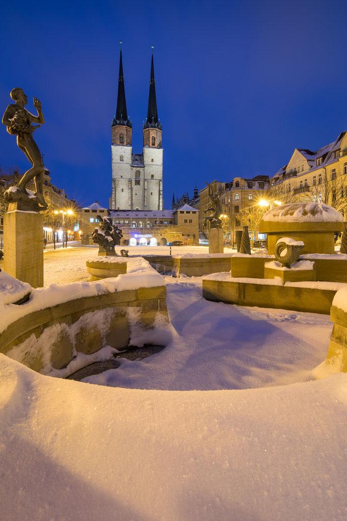 Winterabend auf dem Hallmarkt mit Göbelbrunnen und Marktkirche