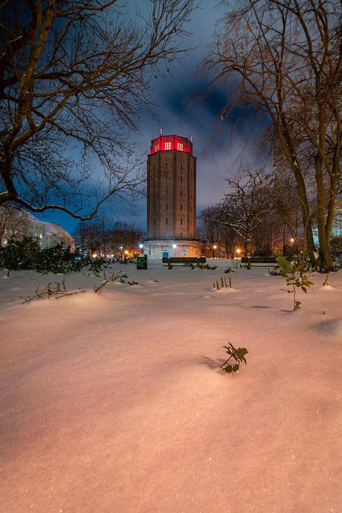 Wasserturm Sürd am Lutherplatz mit Schnee im Winter