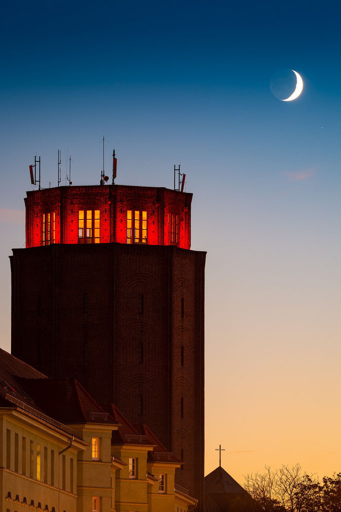 Wasserturm Süd mit Mondsichel