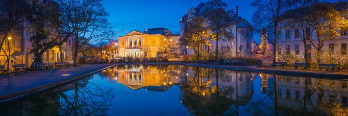 Panorama mit Oper und Brunnen am Joliot-Curie-Platz