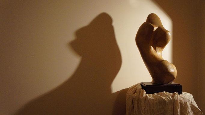 """VIOLENZA. Terracotta patinata 45x25x60 - Opera vincitrice del Primo Premio """"Arte e Poesia"""". MOTIVAZIONE: """"per l'elegante soluzione del modellato, la cui morbida impressione dona all'opera pure sensazioni""""."""