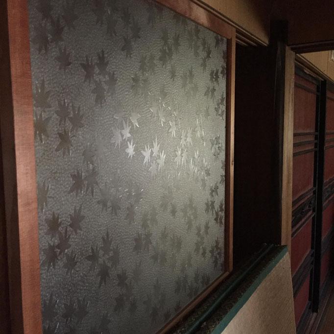 定番、磨りガラス。の奥の襖が粋です!