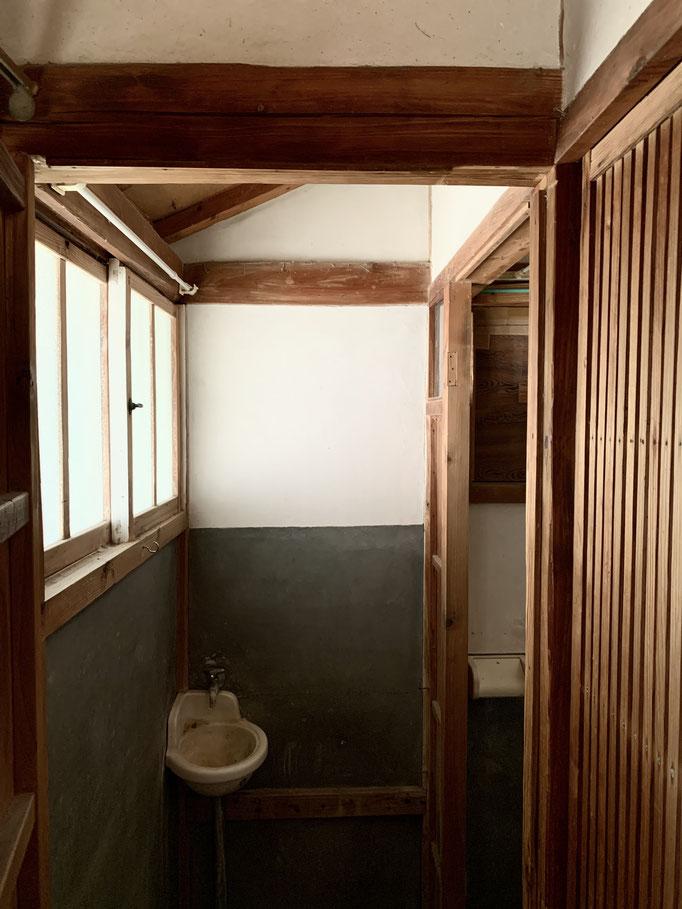 手洗い場の、この感じが大好き!改装なんて必要ないです。建具もセンスいいね〜