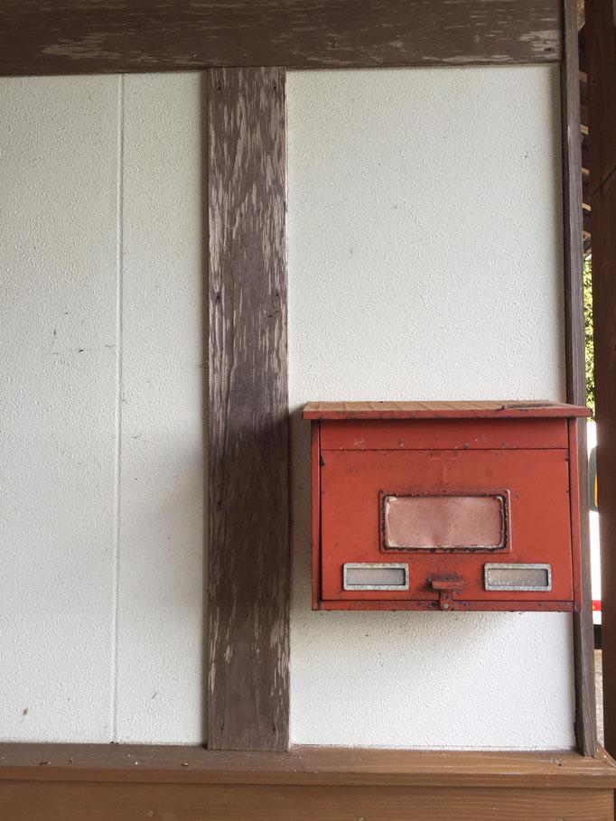 ただの郵便受けなのに存在感がやばい。