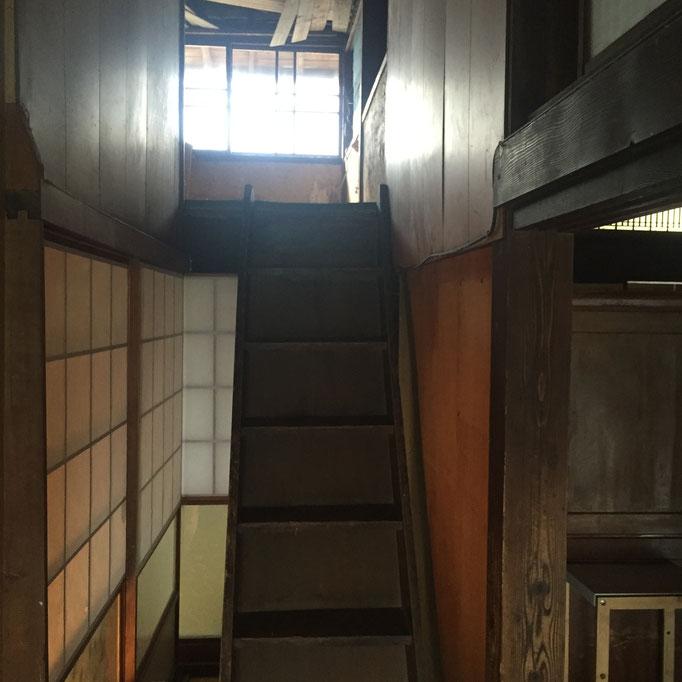 これが屋根裏、開かずの間をあけてみた。壁&天井り直せばいける!階段も味があるわ〜