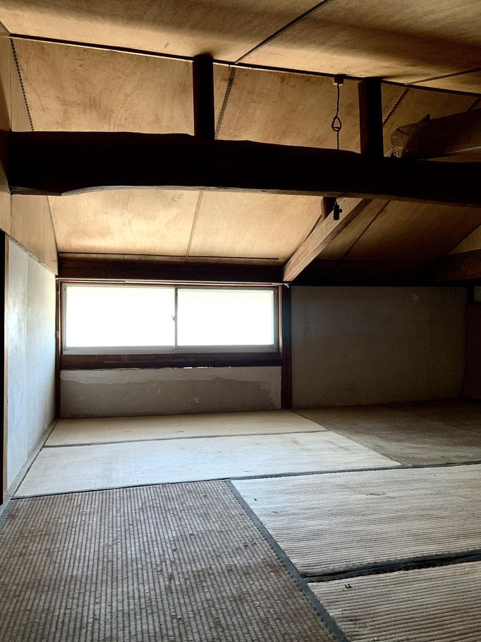 中二階、屋根裏部屋。畳外して床張りで無印の人をダメにするクッションとか置きたい。