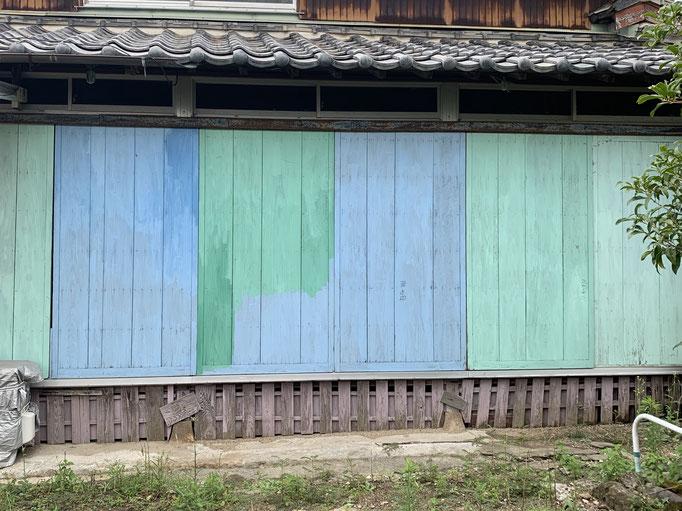 ワザとじゃなく、偶然なんだろうけど。計算してない感じがいい!センス抜群ペンキ塗りの雨戸。