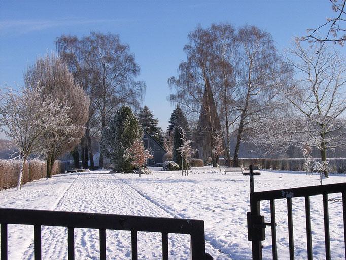 Winter am Friedhofsvorplatz