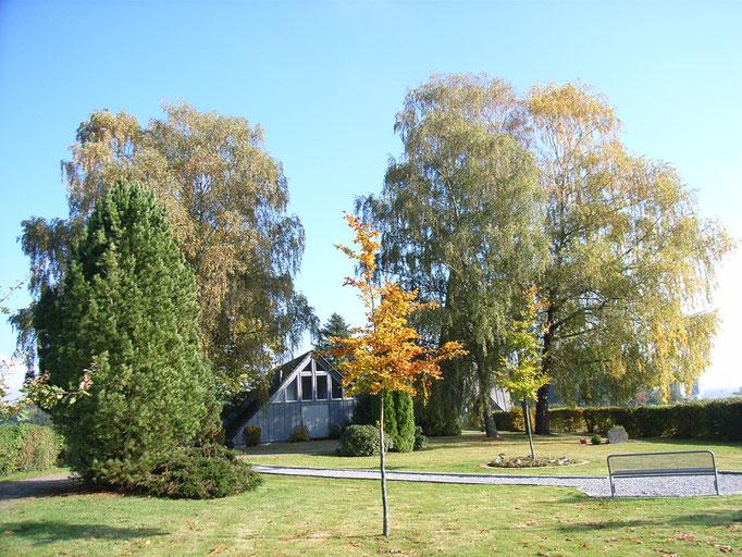 Herbstliche Stimmung am Friedhofsvorplatz
