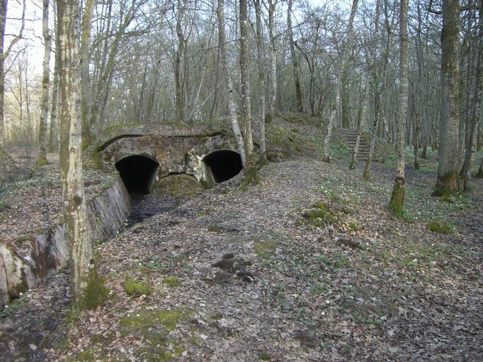 Hintere Eingänge des Munitionstunnels mit dem Gleisbett