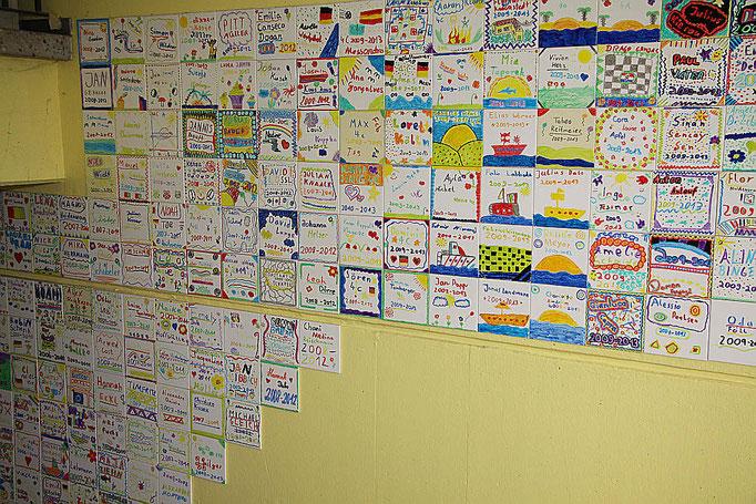 Selbstgestaltete Erinnerungskacheln von Schülern der vierten Klassen