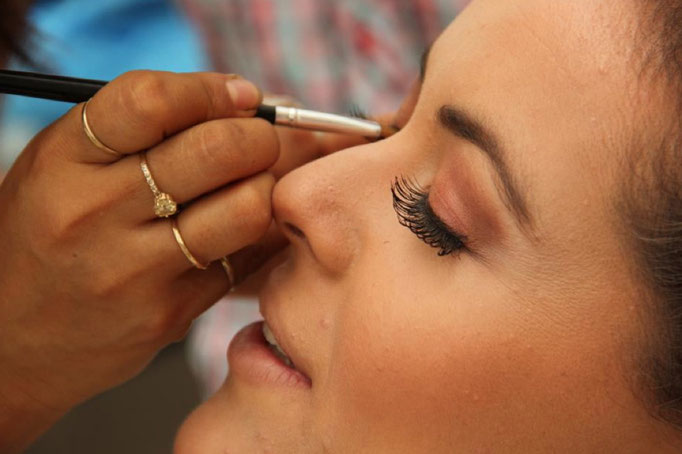 Proceso de maquillaje muy natural
