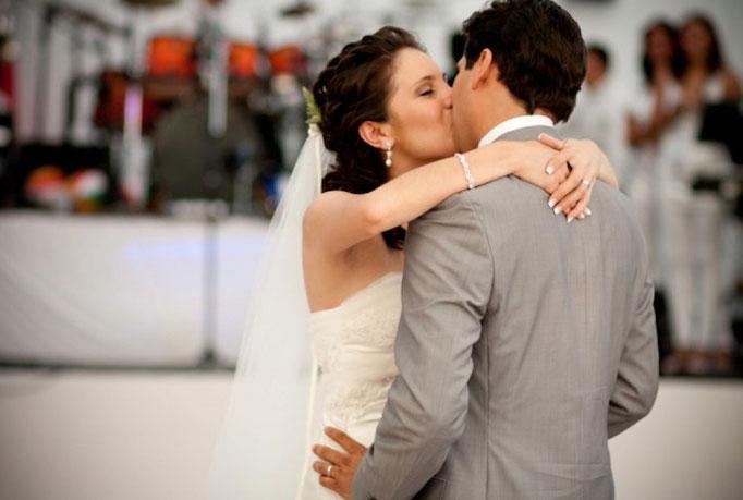Beso , Beso!! Que linda la novia!!
