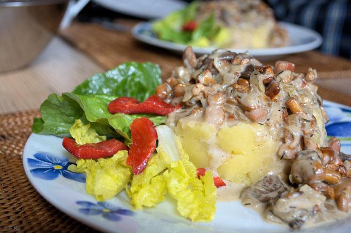 Salat mit Kartoffelpüree und Pilzen