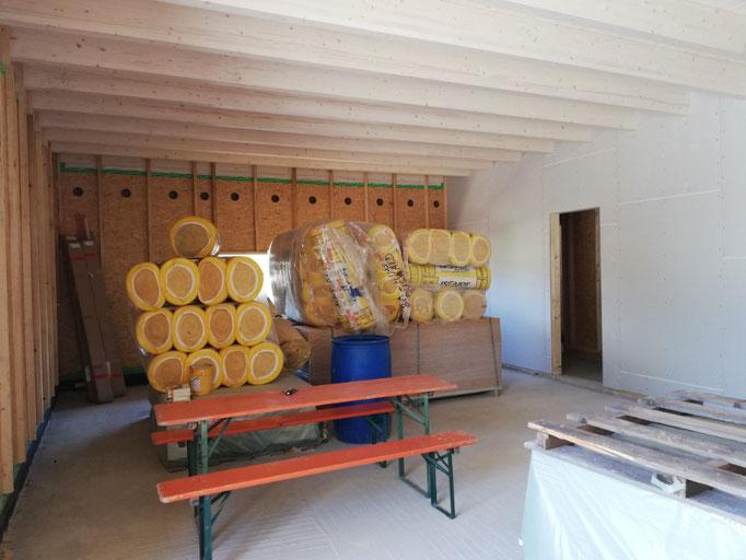 Der Verkaufsraum ist bereits mit den Holztram bedeckt und mit Rigips bedeckt.