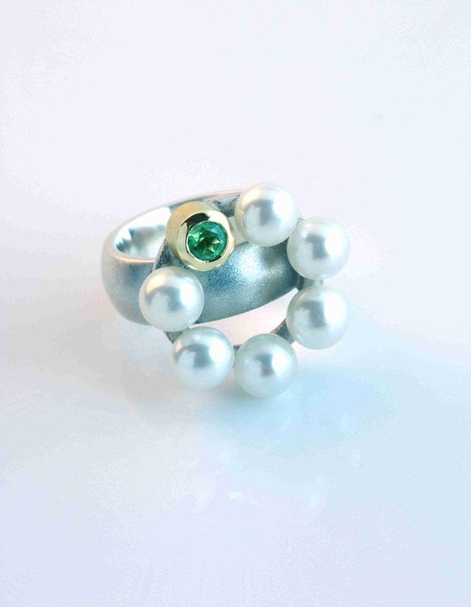 Silberring mit Gelbgoldfassung, Perlen und grünem Peridot.