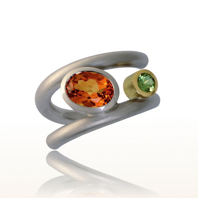 schmuckdesign Ring in Silber mit Citrin und Gelbgoldfassung mit Peridot gefasst.