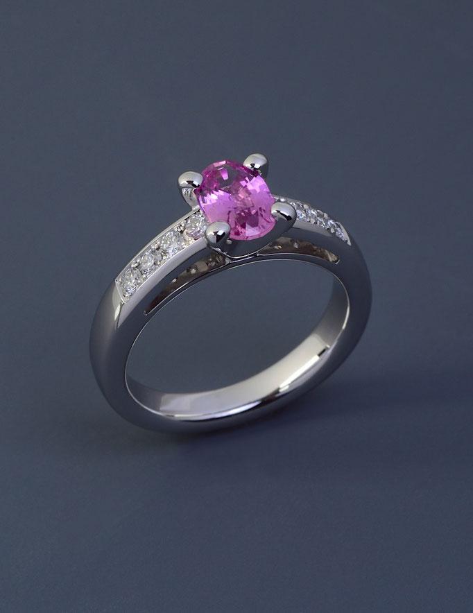 Ring in 585/000 Weißgold mit einem pinkfarbenen Safir.