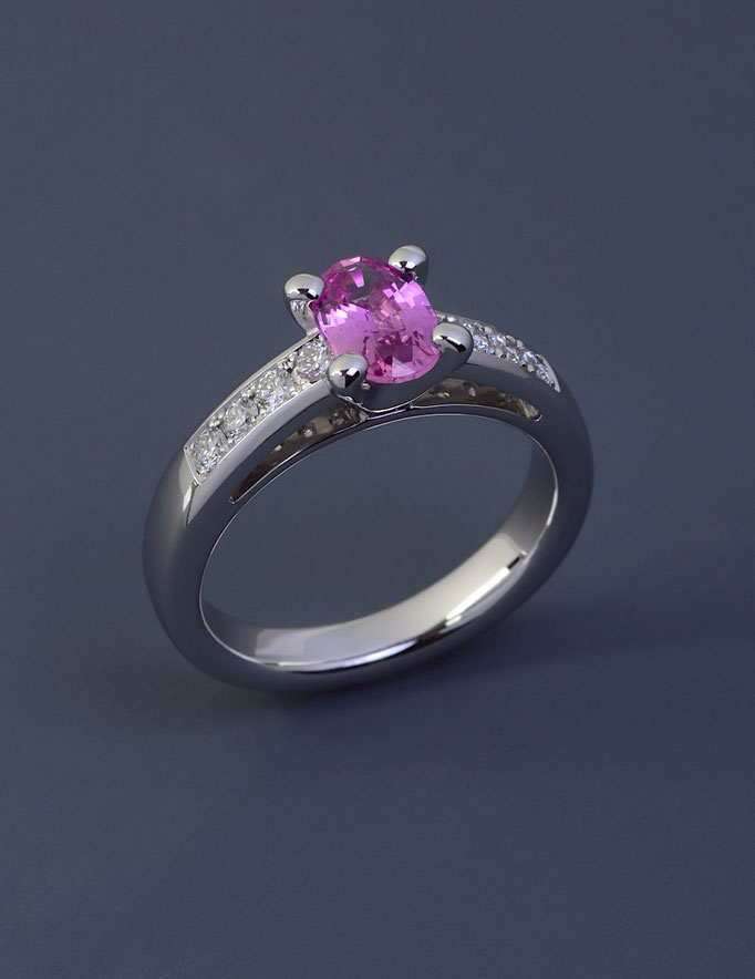 schmuckdesign Ring in 585/000 Weißgold mit einem pinkfarbenen Safir.