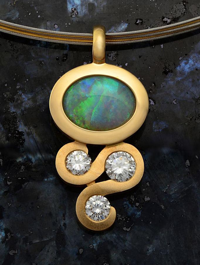 Anhänger in 750/000 Gelbgold mit Opal und Brillanten, Handarbeit