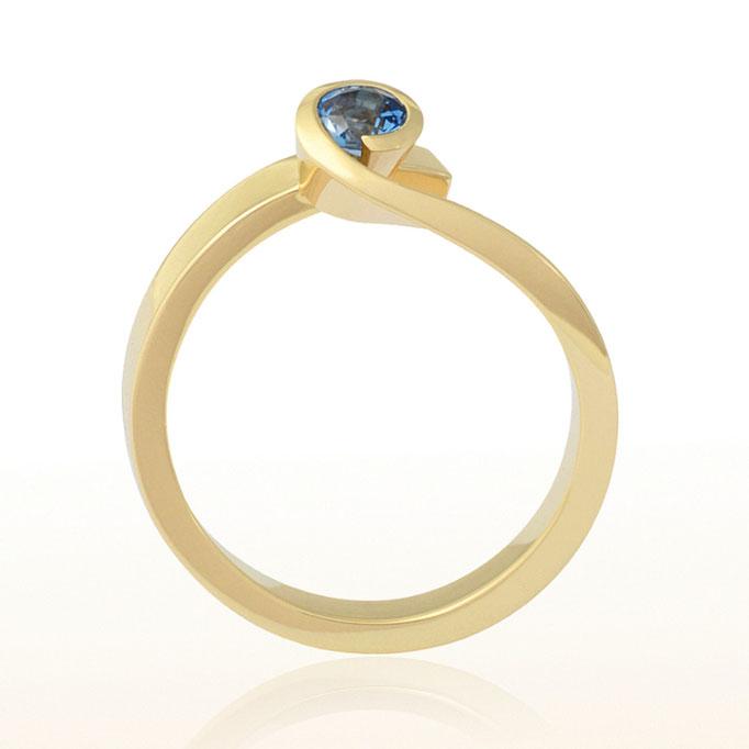 Ring in 585/000 Gelbgold mit einem dunkelblauen Safir.
