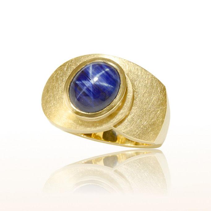 Ring mit Sternsafir in Gelbgold gefertigt.
