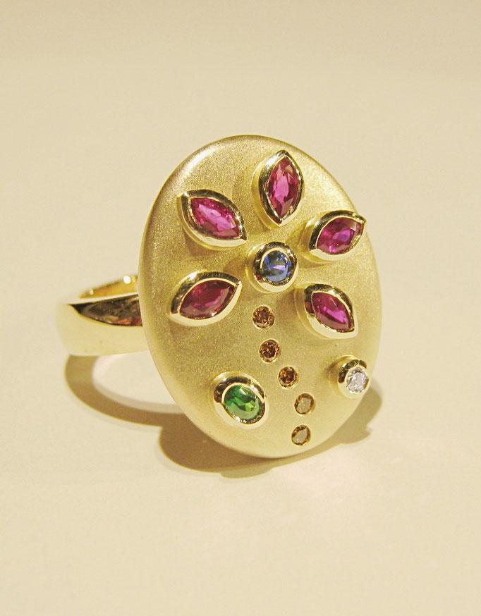 Handgearbeiteter Blumenring in Gelbgold mit Rubinen, Brillanten, Safir und Tsavorit.