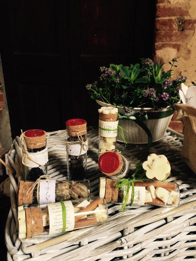 Segnaposto o bomboniere: Semi del giardino officinale, cannella e piccoli pezzi di sapone con decori in carta fatta a mano